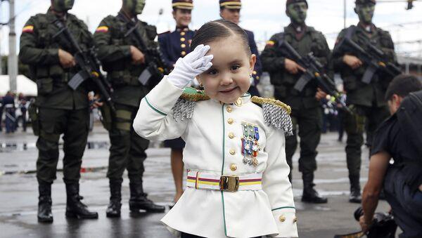 Cô bé mặc đồng phục trong cuộc diễu hành quân sự ở Bogota, Colombia - Sputnik Việt Nam