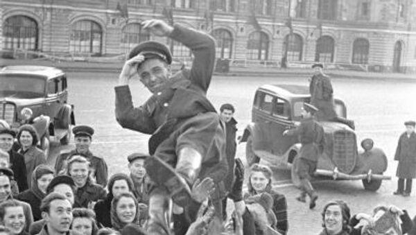 Dân chúng Moskva tung hô người sĩ quan trên Quảng trường Đỏ trong ngày Chiến thắng 9 tháng 5 năm 1945. - Sputnik Việt Nam
