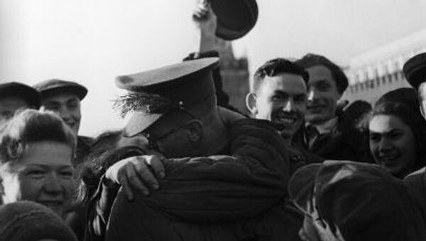 Người dân Matxcơva đón Ngày Chiến thắng 9/5 năm 1945 - Sputnik Việt Nam
