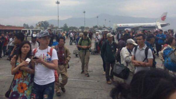 Mọi người đứng ở sân bay Katmandu sau trận động đất tại Nepal. - Sputnik Việt Nam