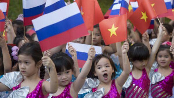 Các thiếu nhi vẫy cờ Nga và Việt Nam - Sputnik Việt Nam