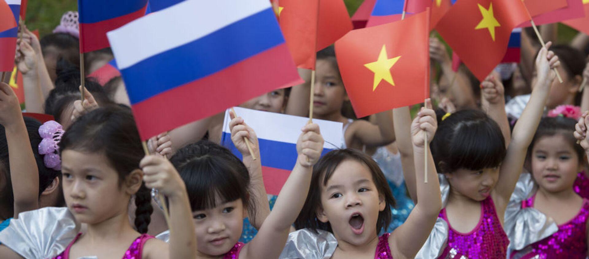 Các thiếu nhi vẫy cờ Nga và Việt Nam - Sputnik Việt Nam, 1920, 08.07.2021