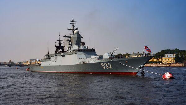 """Chiến hạm """"Boiky""""  trong vùng nước sông Neva, chuẩn bị để 31 tháng Bảy tham gia cuộc diễu hành kỷ niệm Ngày Hải quân Nga. - Sputnik Việt Nam"""