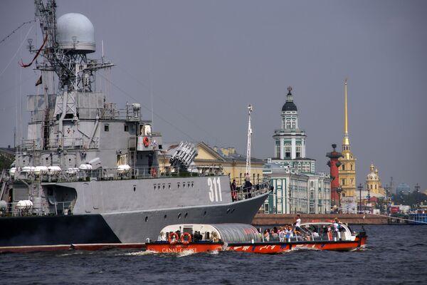 Chiến hạm cỡ nhỏ chống tàu ngầm Kazanets (thứ hai) trong vùng nước sông Neva, chuẩn bị để 31 tháng Bảy tham gia cuộc diễu hành kỷ niệm Ngày Hải quân Nga. - Sputnik Việt Nam