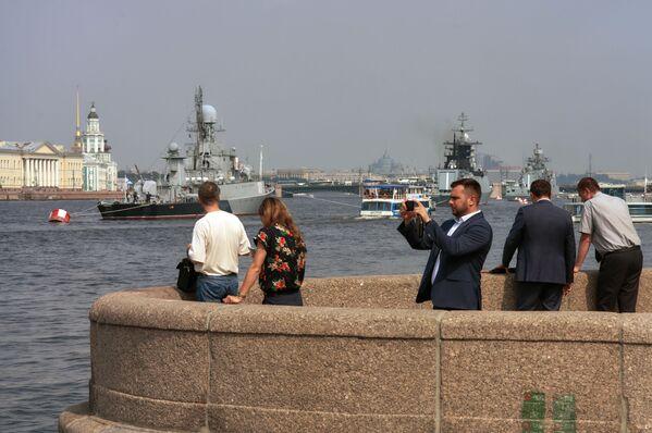 Các du khách quan sát đoàn tàu chiến của Hạm đội Baltic trong vùng nước sông Neva, chuẩn bị để 31 tháng Bảy tham gia cuộc diễu hành kỷ niệm Ngày Hải quân Nga. - Sputnik Việt Nam