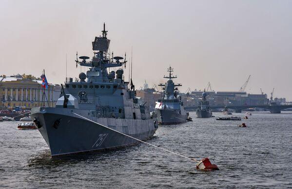 Chiến hạm tuần tra Đô đốc Essen (dẫn đầu) trong vùng nước sông Neva, chuẩn bị để 31 tháng Bảy tham gia cuộc diễu hành kỷ niệm Ngày Hải quân Nga. - Sputnik Việt Nam