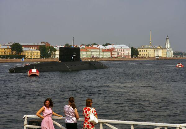 Tàu ngầm diesel-điện Krasnodar trong vùng nước sông Neva, chuẩn bị để 31 tháng Bảy tham gia cuộc diễu hành kỷ niệm Ngày Hải quân Nga. - Sputnik Việt Nam