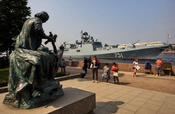 Chiến hạm tuần tra Đô đốc Essen trong vùng nước sông Neva, chuẩn bị để 31 tháng Bảy tham gia cuộc diễu hành kỷ niệm Ngày Hải quân Nga. - Sputnik Việt Nam
