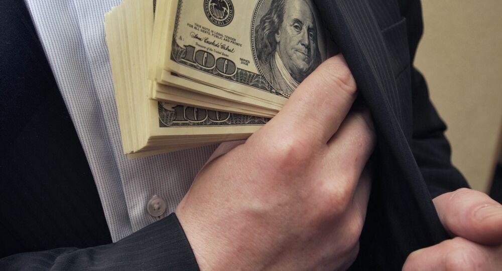 Nhà kinh doanh bỏ tiền vào túi