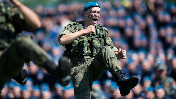 Kỷ niệm Ngày Lực lượng Nhảy Dù tại trung tâm đào tạo chuyên gia số 242, tỉnh Omsk - Sputnik Việt Nam