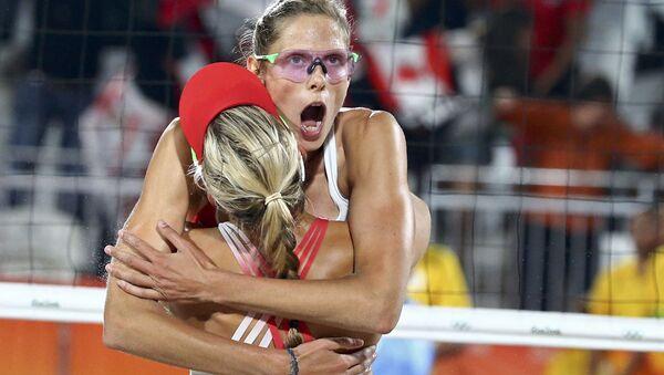 Đội tuyển bóng chuyền nữ Canada trong trận đấu với đội Thụy Sĩ tại Thế vận hội mùa hè XXXI - Sputnik Việt Nam