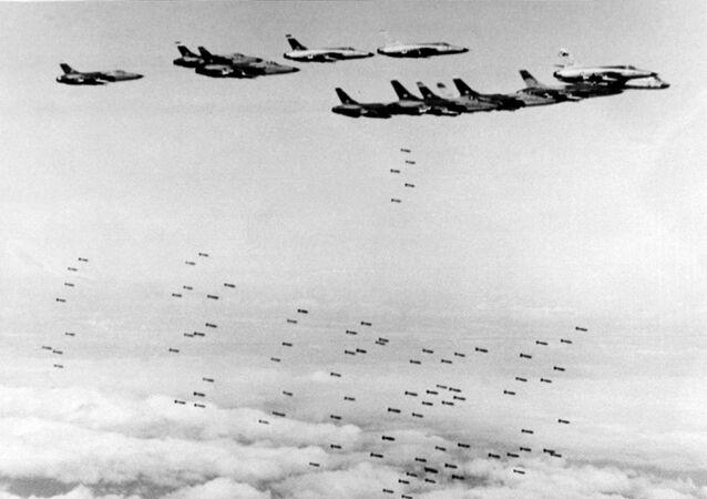 Máy bay ném bom Mỹ F105 Thunderchief thả bom xuống miền Bắc Việt Nam
