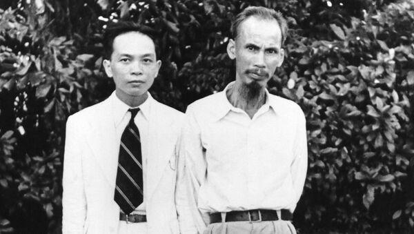 Ông Võ Nguyên Giáp, Bộ trưởng Bộ Nội vụ của Chính phủ Hồ Chí Minh và lãnh tụ Đảng Cộng sản Việt Nam Hồ Chí Minh, năm 1945 - Sputnik Việt Nam