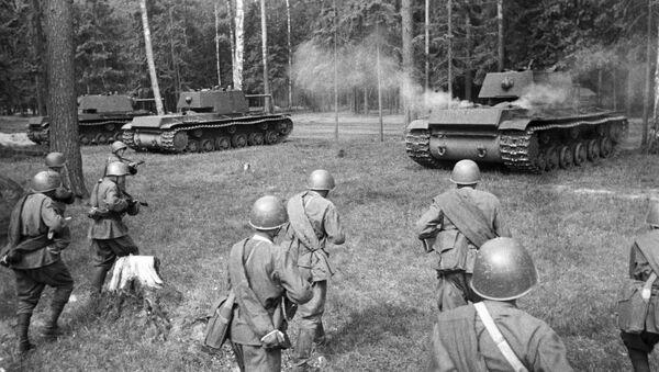 Chiến sĩ xô-viết hành quân tiếp sau đoàn xe tăng hạng nặng KV. Mặt trận phía Tây. - Sputnik Việt Nam