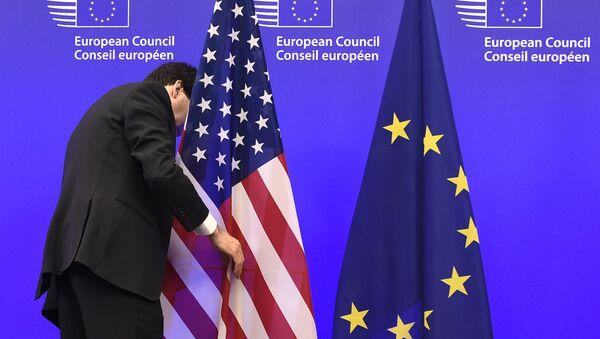Các quốc kỳ Hoa Kỳ và EU - Sputnik Việt Nam