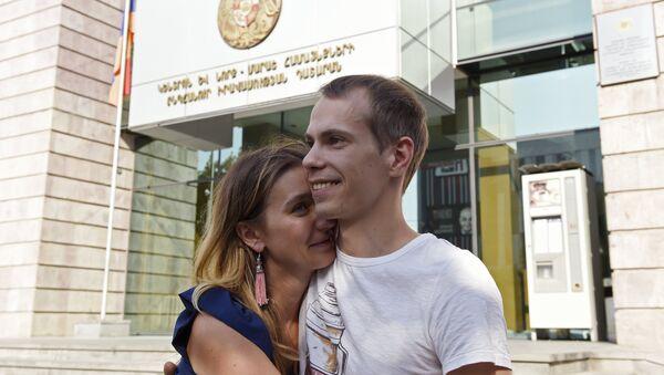 Sergey Mironov gần ngôi nhà Tòa án ở Erevan - Sputnik Việt Nam