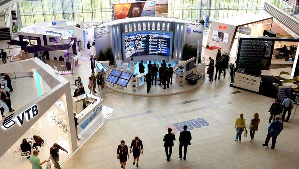 Выставочные стенды в рамках ВЭФ в Дальневосточном федеральном университете на острове Русский - Sputnik Việt Nam