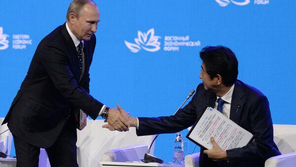 Russian President Vladimir Putin (left) and Japanese Prime Minister Shinzo Abe at the plenary session Discovering the Far East within the framework of the Eastern Economic Forum. - Sputnik Việt Nam