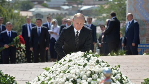 Vladimir Putin đặt vòng hoa trên ngôi mộ ông Islam Karimov - Sputnik Việt Nam