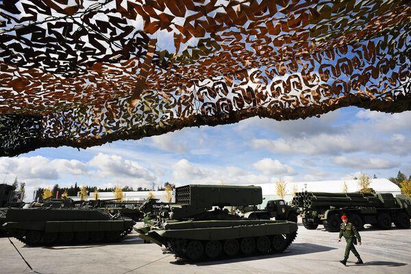 """Hệ thống hỏa lực hạng nặng TOS-1A trưng bày tại triển lãm trong Diễn đàn quốc tế về kỹ thuật-quân sự  """"Quân đội-2016"""" - Sputnik Việt Nam"""