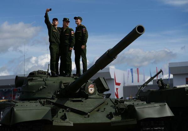 """Các quân nhân chụp ảnh trên nền các mẫu thiết bị quân sự trong triển lãm  tại Diễn đàn quốc tế về kỹ thuật-quân sự  """"Quân đội-2016"""" - Sputnik Việt Nam"""