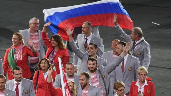 VĐV Belarus giương cờ Nga tại lễ khai mạc Paralympic 2016 - Sputnik Việt Nam