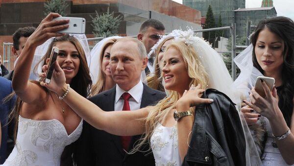 Tổng thống Nga Vladimir Putin tại nghi lễ long trọng khai mạc Ngày Thành phố trên Quảng trường Đỏ ở Matxcơva. Ngày 10 tháng Chín - Sputnik Việt Nam