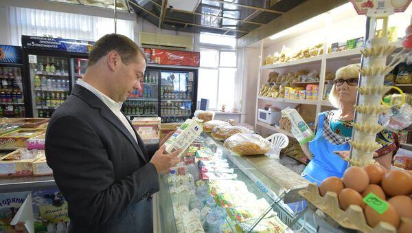 Thủ tướng Dmitry Medvedev ở cửa hàng - Sputnik Việt Nam