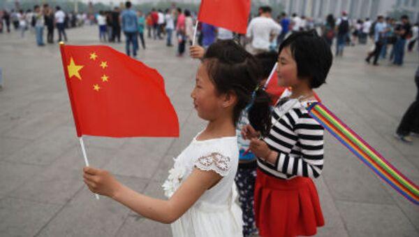 Trẻ em chụp ảnh với quốc kỳ Trung Quốc trên Quảng trường Thiên An Môn ở Bắc Kinh - Sputnik Việt Nam