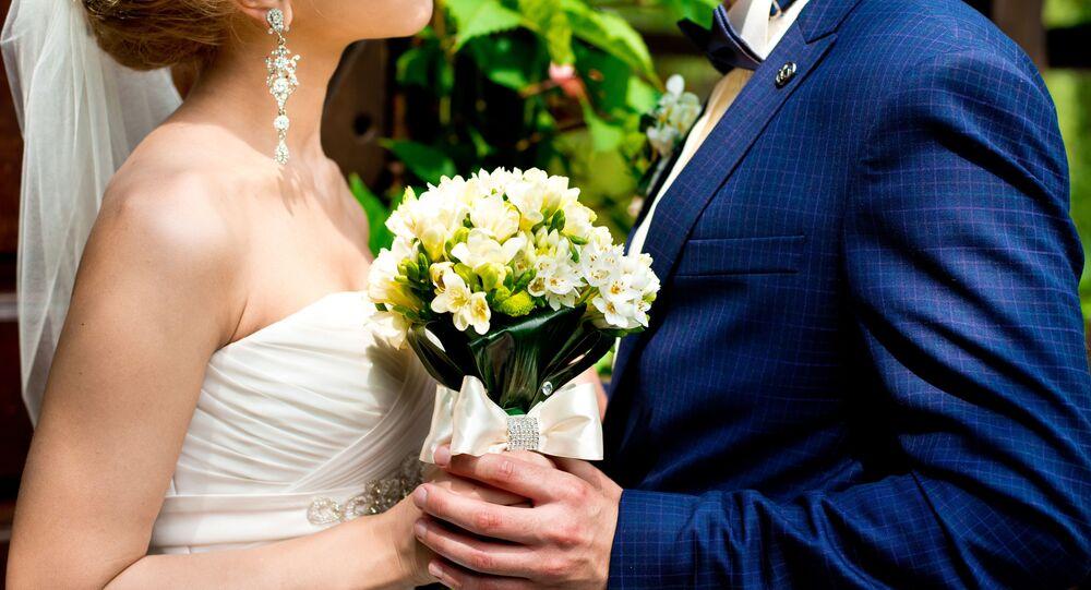 Cô dâu và chú rể mang hoa