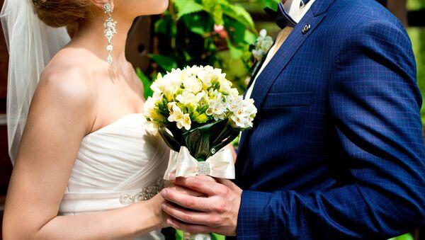 Cô dâu và chú rể mang hoa - Sputnik Việt Nam