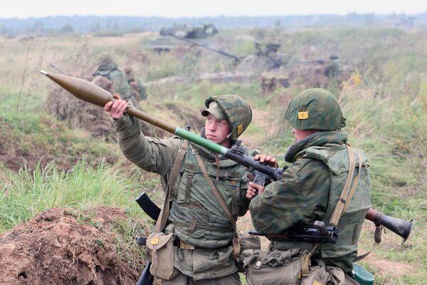 Các binh sĩ chuẩn bị bắn súng phóng lựu cầm tay RPG trong cuộc tập trận chiến thuật của đội cơ giới Cận vệ trung đoàn bảo vệ bờ biển thuộc Hạm đội Baltich - Sputnik Việt Nam