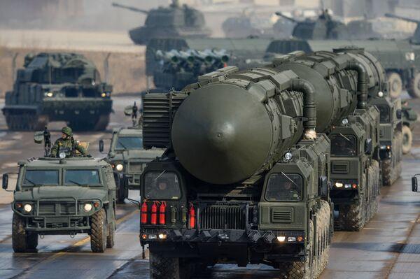 Trạm vận chuyển-bệ phóng của tên lửa đạn đạo xuyên lục địa Topol-M - Sputnik Việt Nam