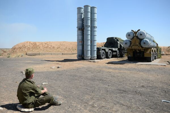 Một quân nhân bên hệ thống tên lửa chống máy bay S-300PS trên thao trường Ashuluk ở khu vực Astrakhan - Sputnik Việt Nam