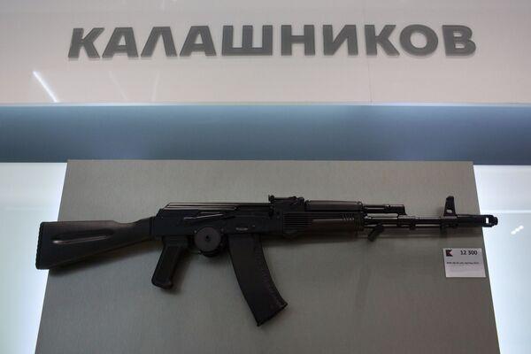 Tiểu liên AK-74 trên giá trưng bày của tập đoàn Kalashnikov, khai trương tại sân bay Sheremetyevo - Sputnik Việt Nam