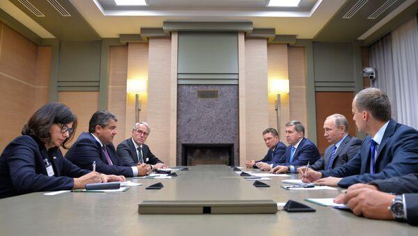 Phó Thủ tướng Sigmar Gabriel, đã cùng nhóm các doanh nhân ở thăm Matxcơva hai ngày - 21 và ngày 22 tháng Chín - Sputnik Việt Nam