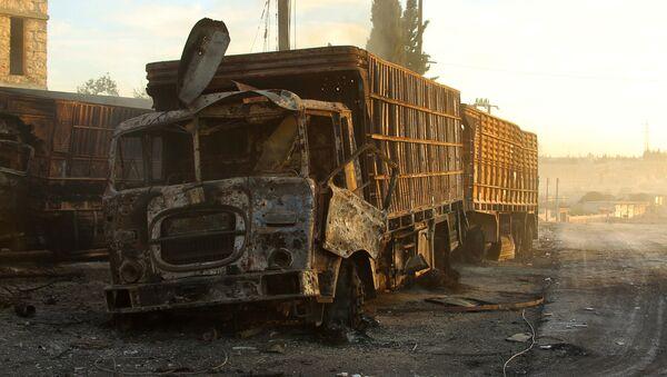 Chiếc xe tải chở hàng viện trợ nhân đạo trúng đạn trong khu vực Orum- al-Kubra ở ngoại ô phía tây Aleppo - Sputnik Việt Nam