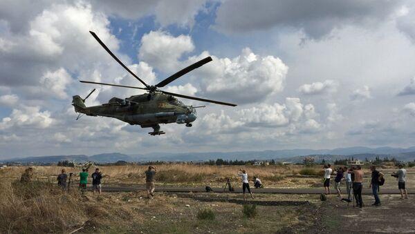 Máy bay trực thăng tấn công Mi-24 tại phi trường Hmeymim ở Syria - Sputnik Việt Nam