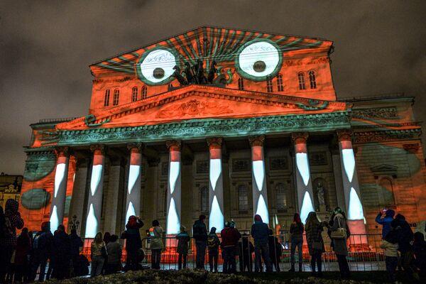 Khán giả tại lễ khai mạc Festival Quốc tế  Matxcơva  Vòng tròn  ánh sáng  tại Nhà hát Bolshoi ở Matxcơva - Sputnik Việt Nam