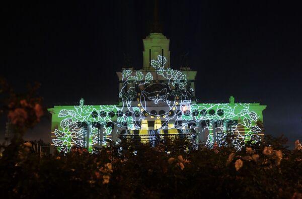 Những màn trình diễn ánh sáng  trên nền mặt tiền tòa nhà triển lãm thành tựu kinh tế quốc dân VDNH trong Festival Quốc tế  Matxcơva  Vòng tròn  ánh sáng  2016 - Sputnik Việt Nam