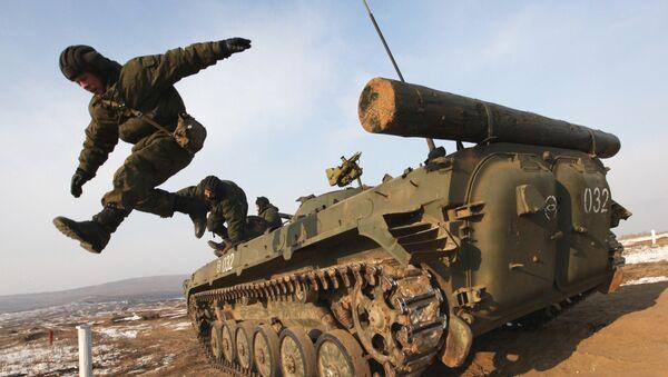 Tổ lái BMP rời xe sau loạt bắn luyện tập của lữ đoàn cơ giới tại bãi huấn luyện Vùng Primorye - Sputnik Việt Nam