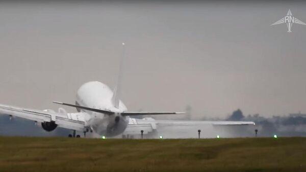 Máy bay chở khách suýt rơi khi hạ cánh vì gió mạnh - Sputnik Việt Nam