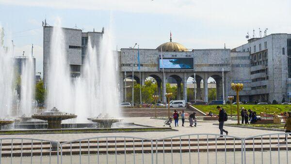 Фонтаны на площади Ала-Тоо перед зданием Агропрома в Бишкеке - Sputnik Việt Nam