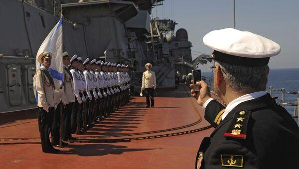 Các thủy thủ tàu tuần dương tên lửa hạt nhân hạng nặng Peter Đại đế tại buổi đón đoàn đại biểu chính thức ở thành phố cảng Tartus, Syria. - Sputnik Việt Nam