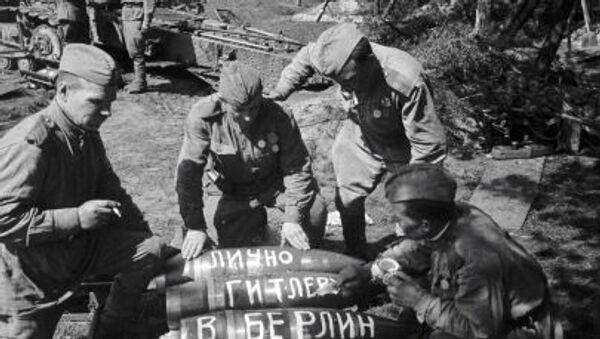 Những người lính Liên Xô đề trên các viên đạn: Gửi riêng cho Hitler, Tiến vào Berlin, Tiến vào Quốc hội Đức  - Sputnik Việt Nam