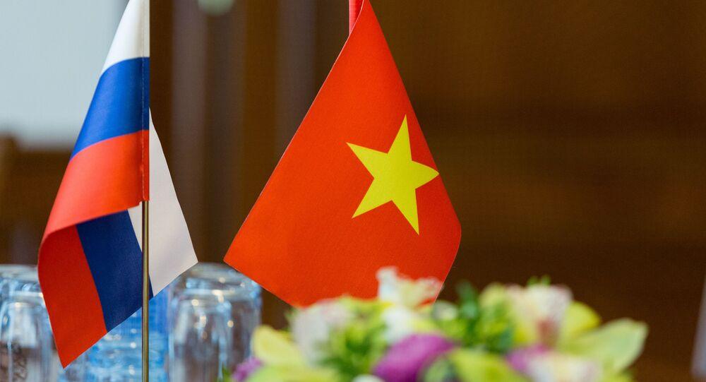 Quốc kỳ Việt Nam và Nga