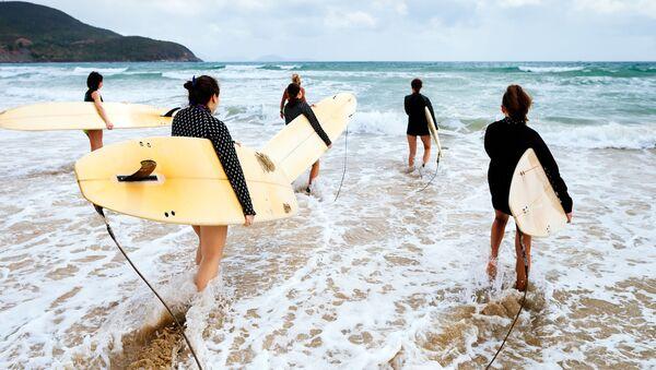 Компания серферов заходит в море - Sputnik Việt Nam