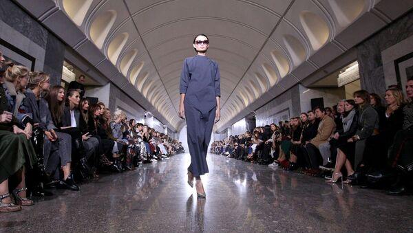 Показ коллекции модельера Александра Терехова на платформе станции метро «Достоевская» - Sputnik Việt Nam