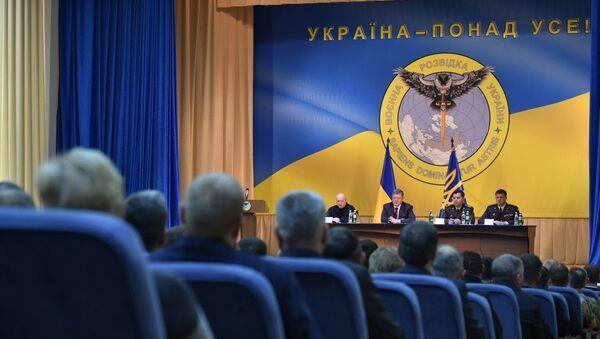 Tổng thống Poroshenko bên biểu tượng con cú cầm kiếm xuyên thủng nước Nga - Sputnik Việt Nam
