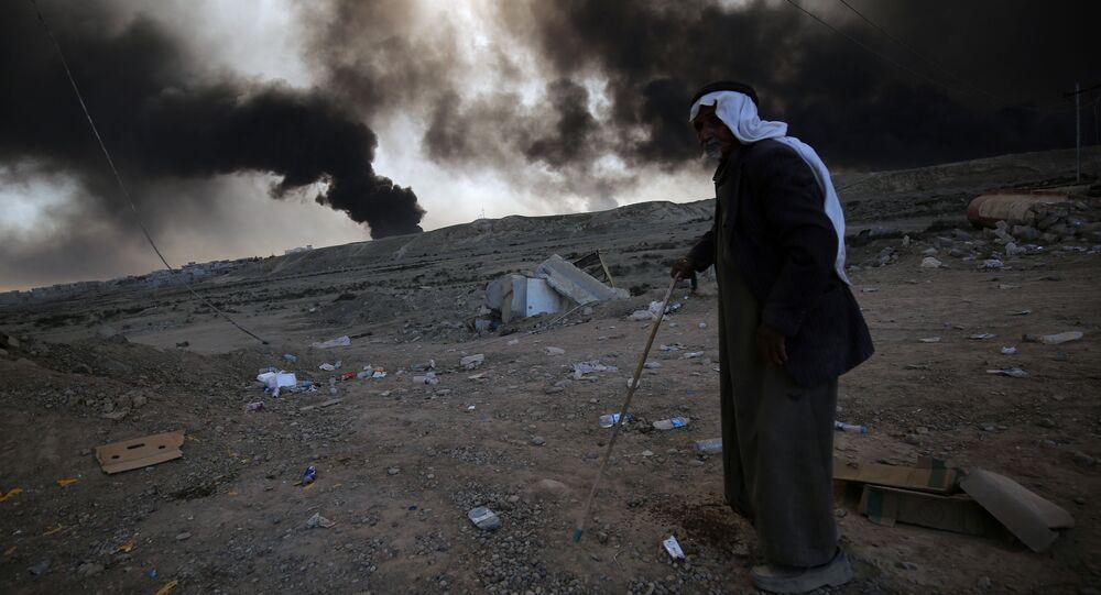 Một người tị nạn trên nền vụ nổ trong thời gian chiến dịch của quân đội Syria chống IS ở Mosul
